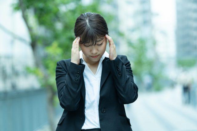 めまいに悩む女性の写真