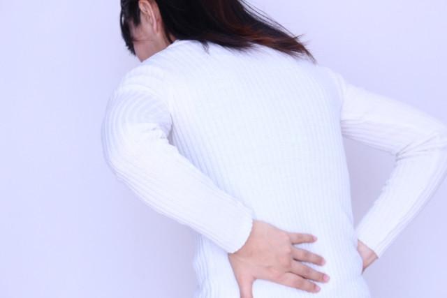 梨状筋症候群によって痛みを感じている女性写真